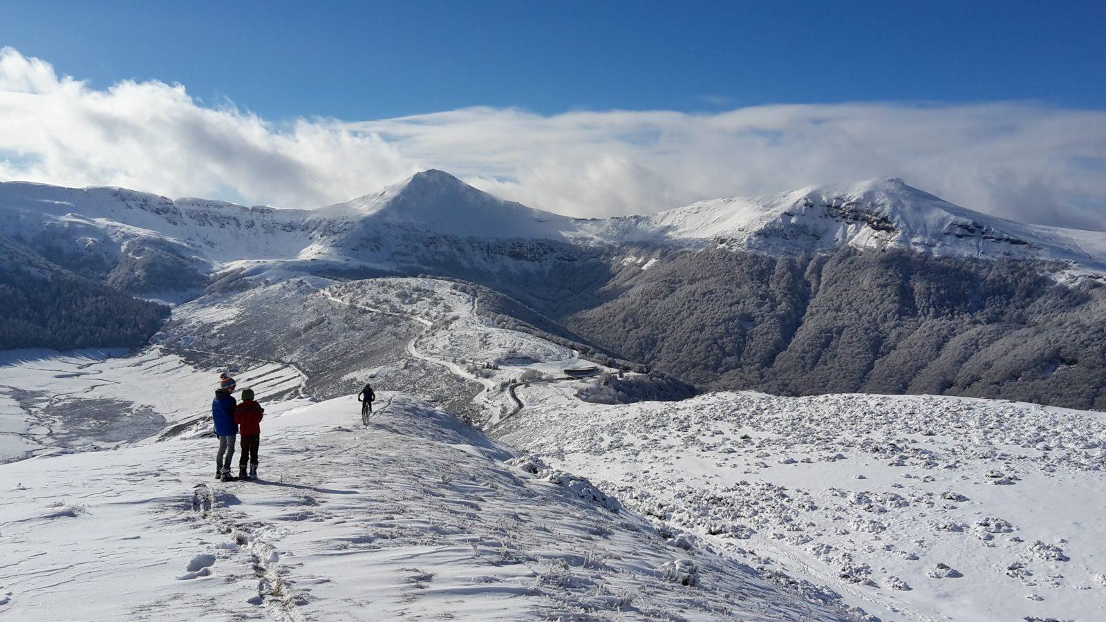 Panorama d'hiver : une partie de l'ancien volcan du Cantal. Photo ©Alta Terra
