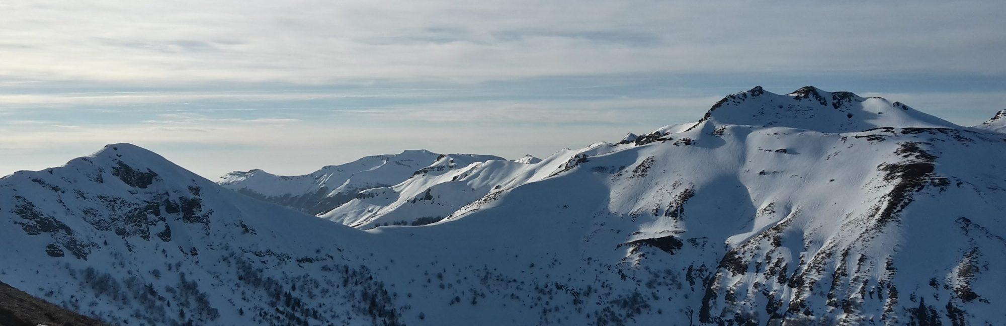 Les crêtes du Cantal enneigées. Photo ©Alta Terra
