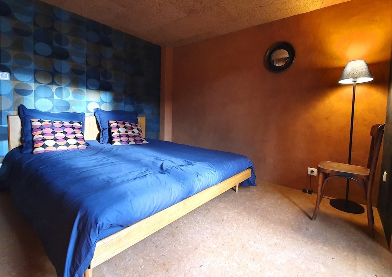 Ambiance cosy dans la chambre du Refuge. Photo ©Alta Terra